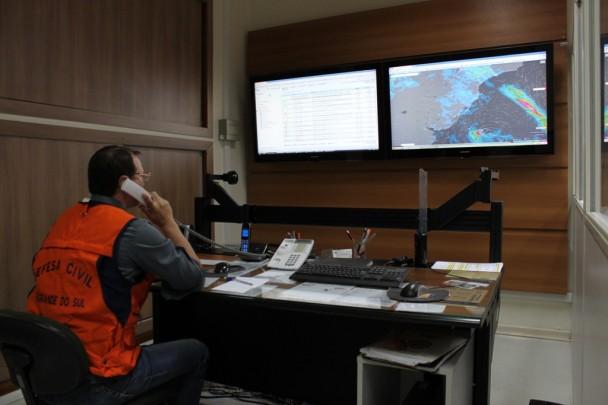 Sala da Defesa Civil com telas que monitoram a situação do RS